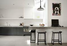 Keuken inspiratie | minimalistische zwarte keuken met bar van beton | interieurinspiratie by www.vialin.nl