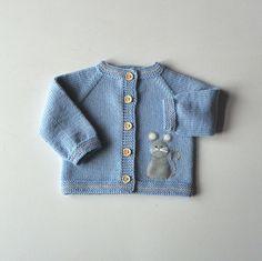 Disponible otros colores combinación bajo petición Conjunto de bebe tejido a mano: chaqueta + gorro Material: Alta calidad merino suave lana Cada elemento de Tutto es tejen a mano y hecho a pedido. Puede elegir los colores, tamaño y diseño que usted desee.