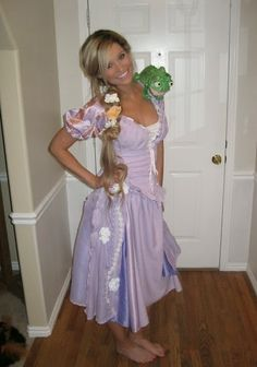 Oooo maybe ill be rapunzel for Halloween! Homemade Rapunzel Tangled Halloween Costume for adults/women Halloween Diy Kostüm, Rapunzel Halloween Costume, Tangled Costume, Halloween Mignon, Looks Halloween, Hallowen Costume, Cute Costumes, Holidays Halloween, Adult Costumes
