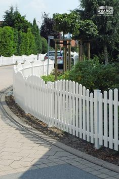 The optimal picket fence for your front yard. Inexpensive and easy to care for. Our … - Zaun Ideen Picket Fence Garden, Garden Fencing, Aluminum Fence, Merlin, Sidewalk, Yard, Easy Fence, Outdoor Decor, Fence Ideas