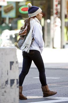 ariana grande ass photos | Ariana Grande lleva una mochila cuando sale de su hotel el jueves en ...