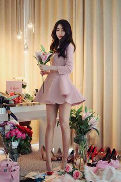 mini skirts and sexy legs Pretty Asian, Beautiful Asian Women, Beautiful Legs, Fashion Models, Girl Fashion, Girls In Mini Skirts, Oriental Fashion, Cute Asian Girls, Sexy Legs