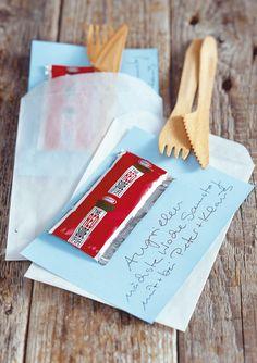 Selbstgemachte Einladung zum Grillfest: Ketchup Minitüte und Holzbesteck