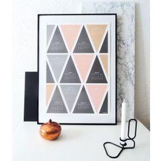 Wandkalender mit grafischem Dreiecks-Muster in Pastell-Farben. Lässt sich auch ohne Rahmen gut aufhängen und schmückt dezent jeden Raum.Rahmen und Dekoration sind nicht Bestandteil des Angebots. Der Kalender wird ohne Rahmen, gerollt geliefert.Gedruckt auf seidenmattem, festen Papier. DIN A2, 420 x 594 mm,250 g/m² Papier, seidenmatt