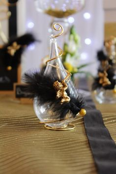Contenant à dragées goutte, plume noir, ange doré, fil de fer doré