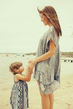 Mère et fille à la plage // Mother and daughter at the beach - émoi émoi