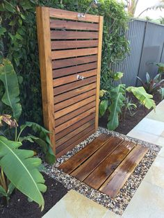 Outdoor shower spotted him screen with dressed hardwood sleeper floor Outdoor Pool Shower, Outdoor Baths, Outdoor Bathrooms, Backyard Pool Designs, Swimming Pools Backyard, Backyard Patio, Hot Tub Garden, Garden Shower, Outdoor Landscaping