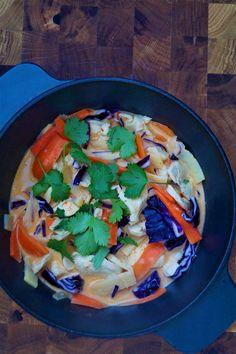 Hjemmlaget garlic naan Garlic Naan, Frisk, Thai Red Curry, Love Food, Ethnic Recipes, Cilantro, Garlic Bread