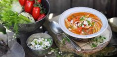 Tomaten-Fenchel-Suppe mit Feta-Brösel-Topping