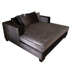 Romslig og komfortabel Daybed i velour i en mørk koksgrå farge. 4 dunputer følger med. For mer info og bestilling: www.krogh-design.no