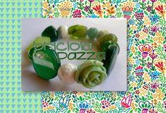 Bracciale elastico realizzato con pietre di agata verde, giada, agata di fuoco crackle, resina, vetro.