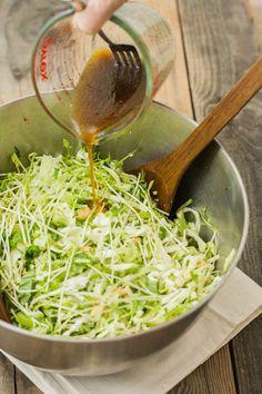 """春キャベツを生で味わうのが好きな人におすすめなのが""""やみつき塩キャベツ""""です。某有名焼肉店の大人気メニューの再現レシピを覚えると春キャベツが何個あっても足りなくなっちゃうかも?作り方が簡単で箸が止まらなくなる春キャベツのレシピも合わせてご紹介します。"""