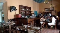 La Taberna El Molino ofrece platos de cocina criolla e internacional y entre sus especialidades se encuentran el pollo a la sidra, el cerdo caramelizado con miel y el filet mignon.