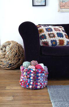 Panier récup' façon loom rag rug avec de vieux vêtements