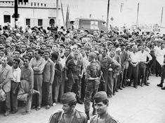 Sous la conduite du général Massu, l'armée française démantèle une partie du FLN lors de la bataille d'Alger, en 1957. Une victoire qui s'obtient au prix d'une pratique généralisée de la torture. (AFP)