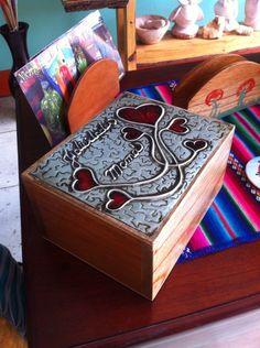 Caja de madera con repujado en aluminio.