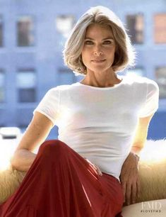 A gorgeous look, a sexy woman without revealing. - A gorgeous look, a sexy woman without revealing… - Beautiful Old Woman, Gorgeous Women, Sexy Older Women, Sexy Women, Silver Haired Beauties, Silver Grey Hair, Long Gray Hair, Older Women Hairstyles, Ageless Beauty