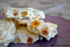 La ricetta bimby per preparare il torrone, un dolce tipico del periodo natalizio e uno dei più diffusi in Italia.