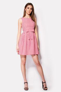 Платье в клеточку ярко красного цвета из натурального хлопка – платье PLAM. Без рукавов и яркой фурнитуры, это платье украшено широким плоским бантом на талии. Закрытая грудь компенсируется треугольным вырезом по спинке.