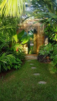 Gartentropischer Garten If you're searching for innovative gardening ideas that go beyond the basic soil and some seeds, check out these gardening ideas and inspiration 20 Urban Backyard Oasis With Tropical Decor Ideas Tropical Garden Design, Tropical Backyard, Tropical Landscaping, Landscaping With Rocks, Tropical Plants, Backyard Landscaping, Tropical Gardens, Tropical Decor, Exotic Plants