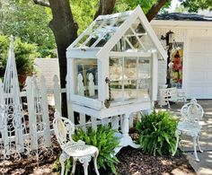 Penny's Vintage Home: Petite Garden Conservatory/terrarium made from old windows Diy Greenhouse Plans, Miniature Greenhouse, Window Greenhouse, Cheap Greenhouse, Backyard Greenhouse, Mini Greenhouse, Portable Greenhouse, Garden Studio, Garden Art