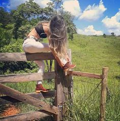 Essa e muitas outras te esperando no nosso site, clique e acesse. Foto Cowgirl, Estilo Cowgirl, Cowgirl And Horse, Sexy Cowgirl Outfits, Equestrian Outfits, Looks Country, Rodeo Girls, Foto Top, Country Style Outfits