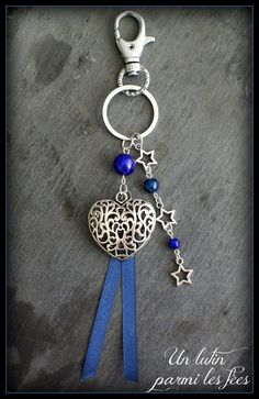 Bijou de sac ou porte clé coeur, couleurs bleu foncé, étoiles argentées