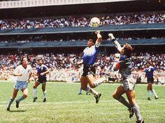 Hand of God. Diego Maradona and Peter Shilton (Argentina England - 1986 FIFA World Cup Quarter-finals - Tommie Smith, Mexico 86, Mexico City, Football Mondial, Diego Armando, Rare Historical Photos, World Football, Football Players, Retro Football