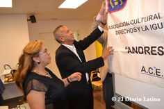En la foto el Coordinador de la Secretaría de Ciudadanía y Diversidad Ernesto Carrión minutos antes del inicio de la actividad junto a la presidenta de ACEDICAR Sonia Pallo colocando el banner central de la asociación.