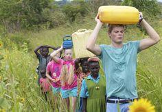 Met Tim Douwsma waterhalen in Oeganda. Ruim 8.000 kijkers vroegen de vriendschapsbandjes aan. Bekijk ook de videoclip op YouTube! @CordaidKinderstem Foto: Dennis Brussaard - Dlgr.nl
