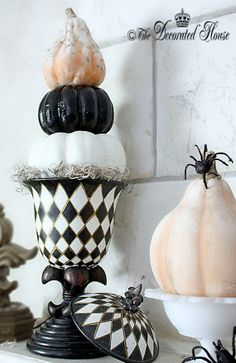 Black and White Halloween: DIY Make a simple pumpkin and gourd topiary Halloween decoration. from The Decorated House halloween topiaries Halloween Mantel, Halloween Kitchen, Holidays Halloween, Halloween Treats, Vintage Halloween, Halloween Pumpkins, Happy Halloween, Halloween Decorations, Halloween Diy