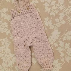 Elsker Lillemorbuksa 🌸🌼🌸 #lillemorbukse #klompelumpebukse #klompelompe #strikketbukse #strikktilbaby #jentestrikk #babystrikk #sandnesgarn #merinoull #gammelrosa #treknapp #strukturstrikk #knit #knitted #knittedpants #minheklekrok