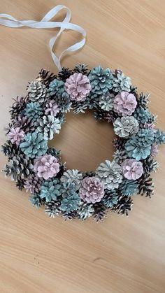 Pine Cone Art, Pine Cone Crafts, Wreath Crafts, Diy Wreath, Pine Cones, Holiday Crafts, Pine Cone Flower Wreath, Winter Diy, Summer Art Projects