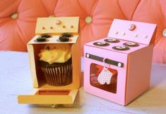 "Tiny paper ""ovens"" to package cupcakes!  Free bitty bakery box template & tutorial"