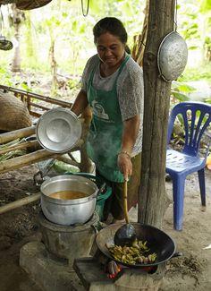 Dit is Khun Wilawan een Thaise rijstboerin die rijst levert aan Fair Trade Original. Lees haar verhaal op wereldiwnkels.nl