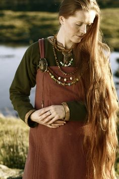 great colours, from Folk News - Vestimenta Viking<--------Beautiful! I've always admired Norwegian/Irish clothing back then