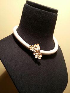 nu: Bouquet of sterling silver flowers with gold finish & beige leather Necklace. Magnet clasp // Collar de bouquet de flores de plata de ley con baño de oro y napa beige. Cierre de imán.