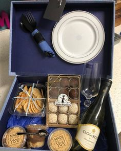 Have you ever heard about a box party? An easy, fun and super-authentic method, the box party consists of kits to celebrate something with a few people in Gift Box For Men, Best Gifts For Men, Love Gifts, Cheap Gifts For Boyfriend, Chocolate Names, Breakfast Basket, Cake Frame, Dating Gifts, Personalised Cupcakes