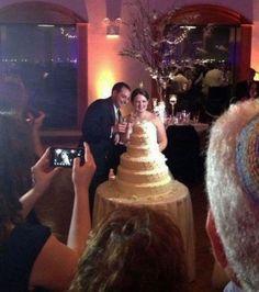 Esse vestido de noiva que se confunde com o bolo de casamento
