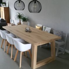 Have the top thinner than the legs, as well as the trapezoidal shape of the legs, brings a modern touch to this table. Diy Dining Table, Kitchen Dinning, Diy Esstisch, Happy New Home, Dining Room Lighting, Dining Room Design, Home Living Room, Furniture Decor, Sweet Home