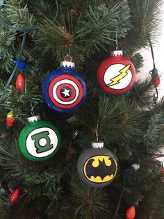 Do you know a geek who love superheros? Would they love to have 4 ornaments with the logo of their favorite superhero? These can be made with plastic