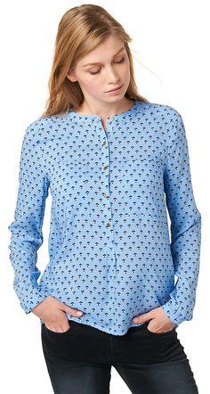 Hemd-Bluse mit Allover-Print für Frauen (gemustert, langärmlig mit schmalem Steh-Kragen und halber Knopfleiste) aus leichtem Web-Stoff, vorne zwei aufgesetzte Brusttaschen, leichte Raffung zwischen den Schulterblättern. Material: 100 % Viskose...