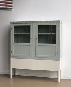 Oude vitrinekast met nieuw onderstel