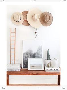 Sombreros de paja decorando la pared, tendencia de decoración.