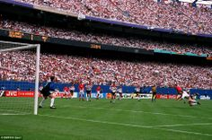Bulgaria's Iordan Letchkov scores the winning goal against Germany at the 1994 World Cup  OUTROS TEMPOS