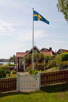 Sweden, welcome --such a typical Swedish red house Swedish Cottage, Swedish House, Swedish Farmhouse, Kingdom Of Sweden, Red Houses, Sweden Travel, Swedish Style, Stockholm Sweden, Scandinavian Home