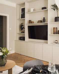 Paris Living Rooms, New Living Room, Home Interior, Decor Interior Design, Interior Decorating, Home Office Design, House Design, Alcove Shelving, Minimal Home