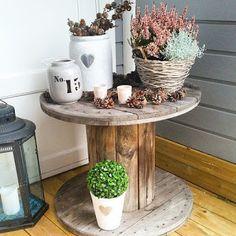 Kábeldob újrahasznosítás - így lesz új gurulós asztalunk a teraszon Wood Spool Tables, Fall Flower Pots, Home Design 2017, Outdoor Crafts, Wooden Spools, Autumn Garden, Autumn Fall, Porch Decorating, Garden Styles