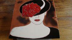 Dame au chapeau noir tableau réalisé par Joëlle avec la méthode cuerda seca sur terre cuite