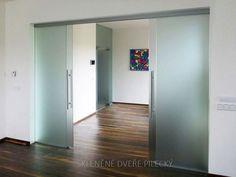 14. Skleněné posuvné dveře, dvě křídla s pevnými skly